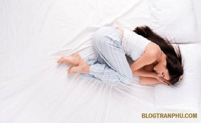 Tư thế nằm phù hợp cũng giúp chị em giảm đau bụng kinh