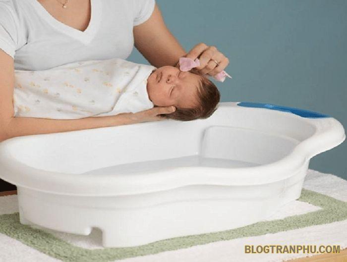 Da trẻ sơ sinh mềm nên các bạn chú ý nhẹ tay