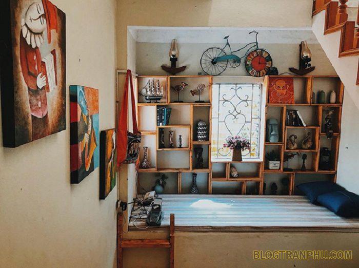 Các phòng tại Ha Long Ginger Homestay đều rất xinh xắn và còn có ban công lãng mạn nữa