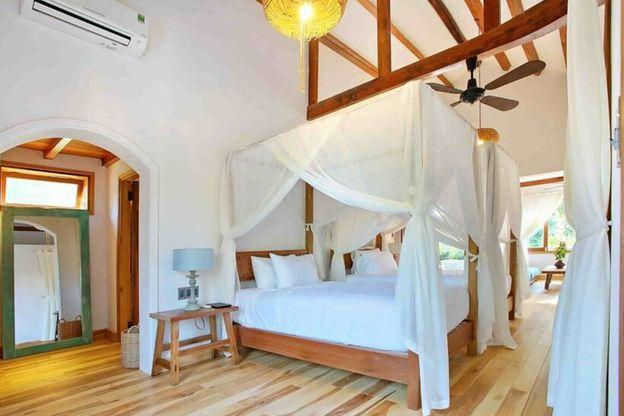 Villa được trang trí rất sáng sủa, sạch sẽ với nội thất bằng gỗ ấm cúng